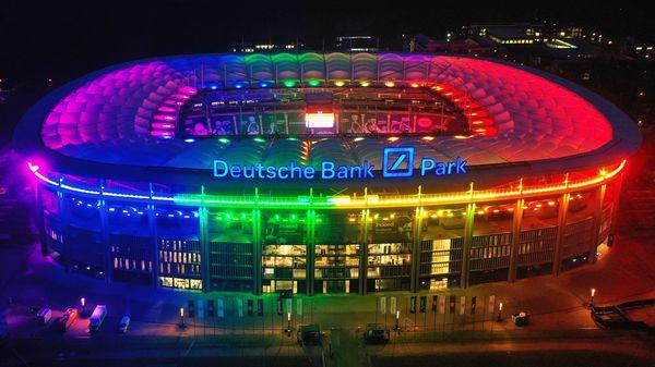 Deutsche Bank Park erstrahlt in Regenbogenfarben - Deutsche Bank Park