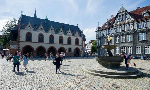 Der Marktplatz mit dem Rathaus in Goslars Altstadt. (Foto: Swen Pförtner/dpa)