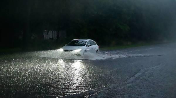 """""""Unwetter, wie es nur alle fünf bis zehn Jahre vorkommt"""": Deutschland kämpft mit Starkregen und Sturm"""