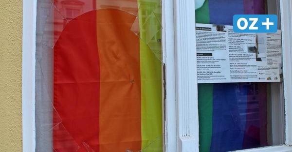 Wegen Regenbogenflagge? Scheibe im Greifswalder Koeppenhaus eingeworfen
