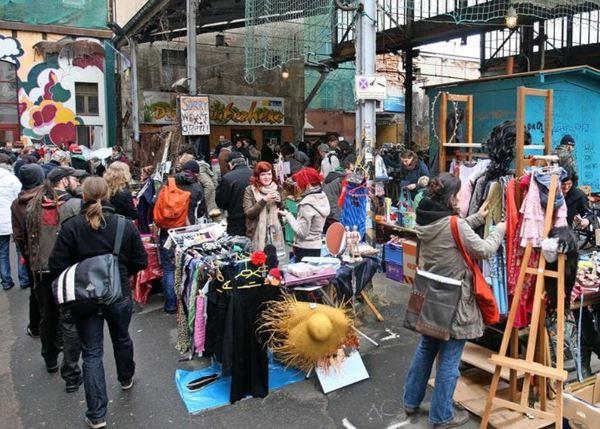 Stöbern und nach Schnäppchen suchen kann man beim Flohmarkt auf dem Feinkost-Gelände in der Karl-Liebknecht-Straße. Foto: Andre Kempner