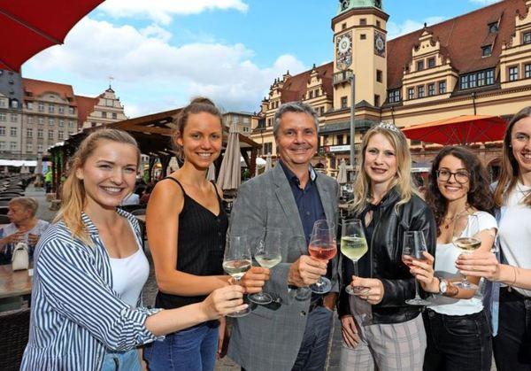 Das Leipziger Weinfest läuft bis zum 11. Juli auf dem Leipziger Markt. Marktamtsleiter Walter Ebert eröffnete das Fest mit Weinprinzessin Ann-Kathrin Schatzl an seiner Seite sowie weiteren Weinliebhaberinnen.Foto: Andre Kempner