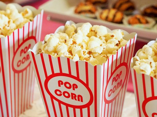 Popcorn gehört zum Kino einfach dazu. Foto: Devon Breen/Pixabay