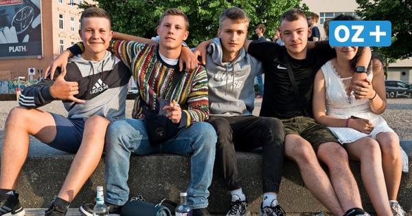 """""""Wir waren ein Jahr lang eingesperrt"""" – jetzt sprechen die feiernden Jugendlichen aus dem Rostocker Stadthafen"""