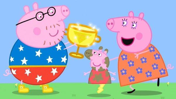 Papá Pig recibiendo el trofeo por su renovado récord de salto en charca de barro.
