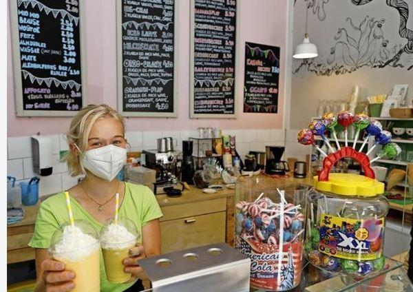 Elaine arbeitet bei LuiLui – neben Eiskugeln gibt es auch auch Kuchen oder beispielsweise Mangoshake. Foto: Dirk Knofe