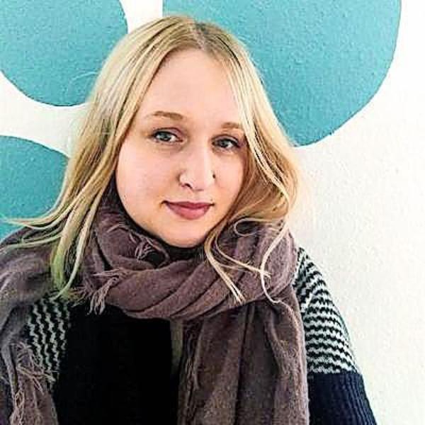 Die freiberufliche Illustratorin und Mediengestalterin Elisa Bergemann ist Dozentin an der Volkshochschule Brandenburg und modelliert mit ihren Kursteilnehmerinnen Wale.