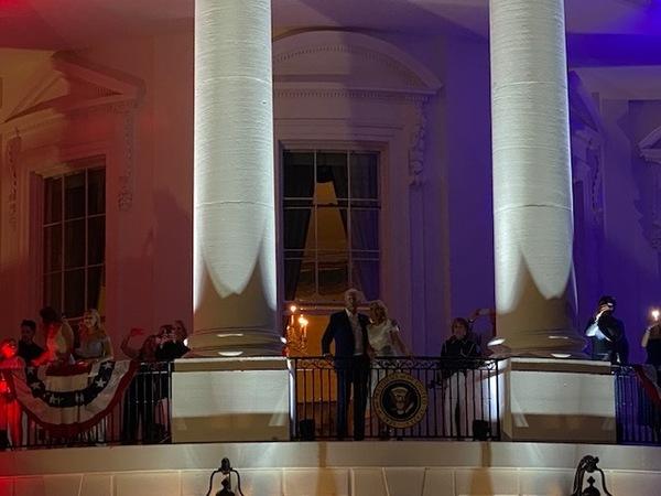 Die Bidens schauen das Feuerwerk auf dem Truman-Balkon. Foto: Fabian Reinbold