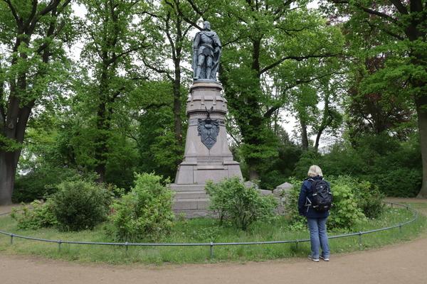 Eine bronzene Skulptur von Kurfürst Friedrich I. steht im Hohenzollernpark in Friesack. Foto: Andreas Kaatz