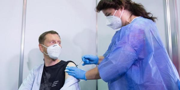 Sachsens Ministerpräsident Michael Kretschmer zum zweiten Mal mit Astrazeneca geimpft