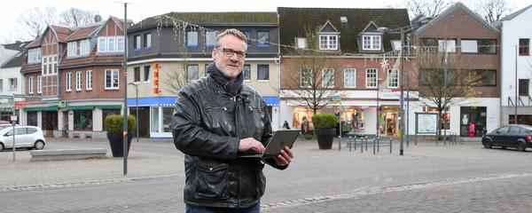 Sven Detlefsen, Leiter der Regionalausgaben, auf dem Marktplatz in Nortorf.