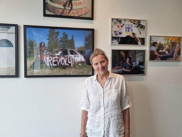 Angelika Euchner vor Fotografien von Claudia Wiens in der AE-Galerie. Foto: Sarah Kugler