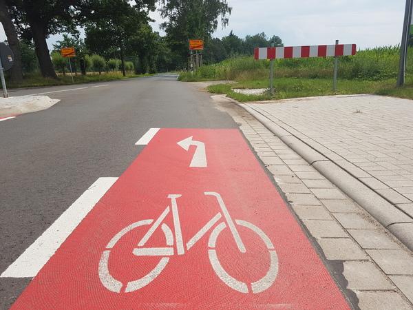 An den Kreisstraßen Burgwedels sind kilometerlang Fahrradstreifen markiert. (Foto: Bernd Haase)