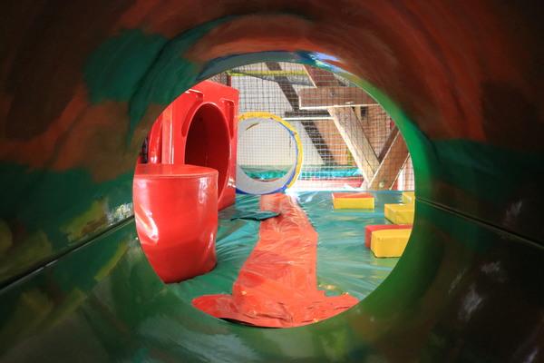 Ein Indoor-Spielplatz mit Tunneln, Röhren und Rutschen. Foto: Nadine Pensold