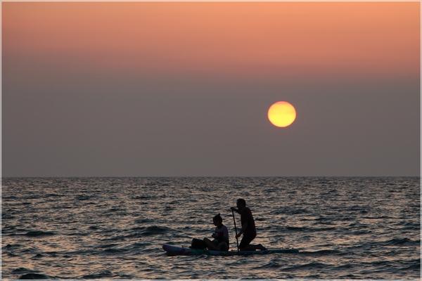 Auf dem Wasser den Sonnenuntergang genießen (Foto: Jens Eppendorfer)