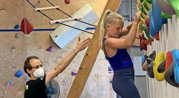 Der Sport- und Gesundheitswissenschaftler Silas Dech hat für jedes Kind und für jeden Rücken ein Trainingsprogramm entworfen und betreut die Probanden – hier leitet er Janne (13) bei einer Übung an. Foto: Oberlinhaus/Manja Johannsen