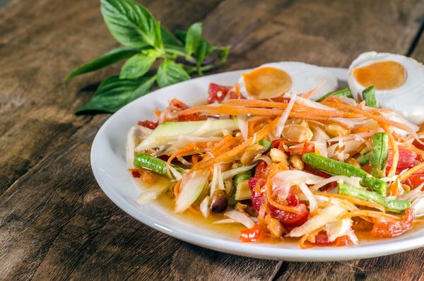 Thai Som Tam Salat passt perfekt zum Grillen