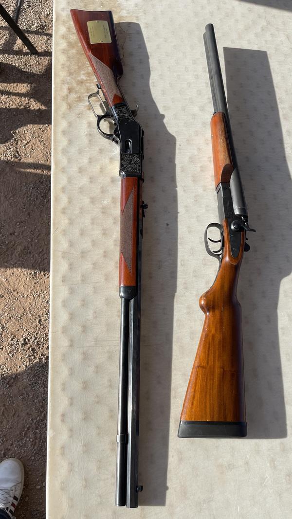 C'est évidemment celle de gauche, l'autre étant un shot gun.