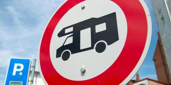 Wo ich mit Wohnmobil und Caravan parken darf und wo nicht