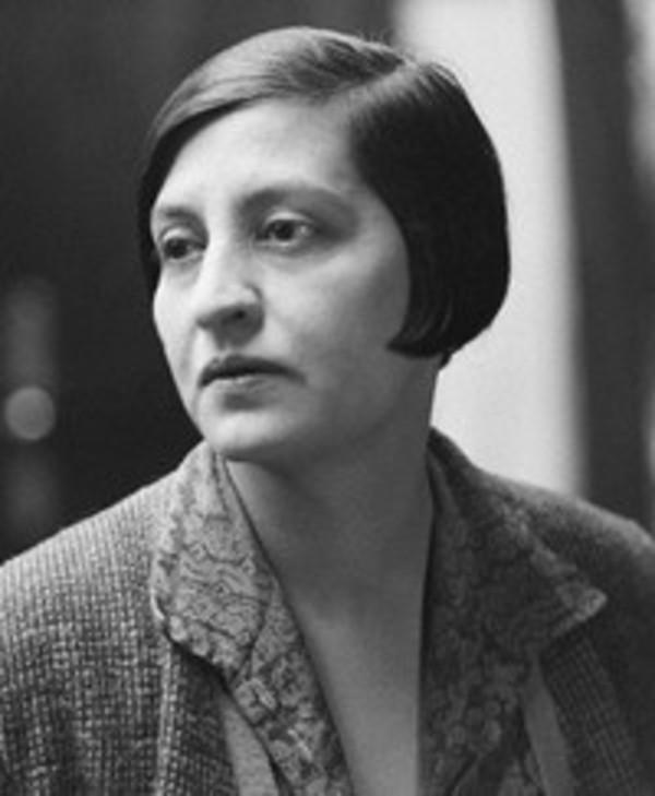 Halide Edib Adıvar (1882-1964) Üsküdar Amerikan Kız Kolej'li. Kadın hakları yazıları yüzünden 31 Mart Ayaklanması sırasında Mısır'a kaçıyor. 1920'de Kurtuluş Savaşı'na katılıp onbaşı ve üstçavuş oluyor. Hayatının son yıllarında profesörlük ve milletvekilliği yapıyor.