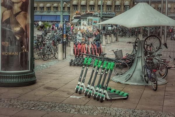 An ihnen scheiden sich die Geister. Doch die Moibilität in der Stadt haben sie bereichert - die E-Scooter, hier von der Firma Lime. Foto: MaxPixel