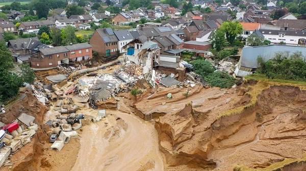 Der Liveticker: Abbruchkante in Erftstadt weiter ein Risiko - DWD gab Montag erste Warnungen