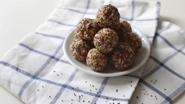 Rezept: Veganer Snack für Unterwegs - Proteinbällchen im Handumdrehen selber machen