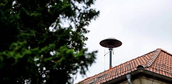 Eine Feuerwehrsirene auf dem Dach der Freiwilligen Feuerwehr Sacrow Quelle: Julius Frick