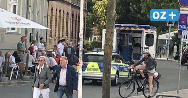 Schockierender Unfall in Stralsund: Betrunkener rast mit Auto durch Restaurant-Bereich und flüchtet