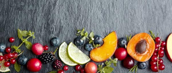 Bei der Auswahl der Früchte können Sie nach Lust und Laune entscheiden. Wir haben zwei Sorten Beeren und Aprikosen ausgewählt. Foto: Imago