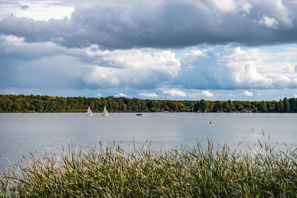 Die Wanderung bietet Ausblick auf gleich mehrere Seen - hier der Zeuthener See. Foto: F. Anthea Schaap/Imago