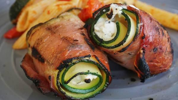 Gegrillte Köstlichkeiten: Zucchiniröllchen mit Serranoschinken und Ziegenkäse