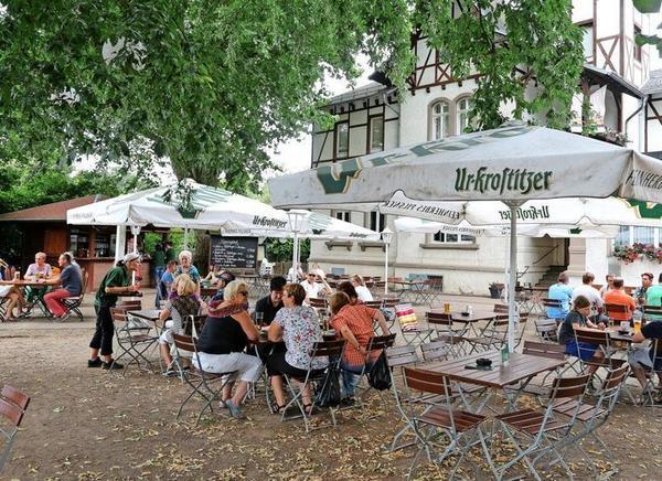 Viel Grün, viel Tradition: der Biergarten von Dr. Schrebers. Foto: André Kempner
