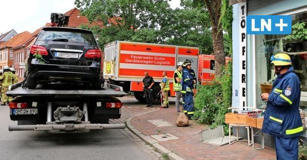 Unfall in Eutin: Auto durchbricht Hauswand einer Töpferei