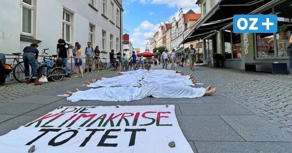 Kunstaktion: Ungewöhnlicher Klimaprotest in Greifswalder Innenstadt