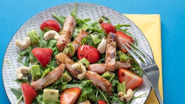 Bunte Grillparty: drei Rezepte für fruchtige Beilagensalate mit Melone oder Beeren