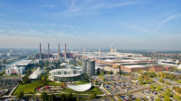 Die Autostadt und das Volkswagenwerk aus der Vogelperspektive (Foto: Julian Stratenschulte/dpa)
