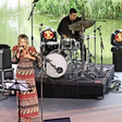 Lucy Woodward rockt mit ihrer Band die Wasserbühne in der Autostadt