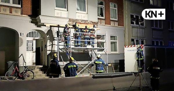 Theodor-Heuss-Ring in Kiel: Fassadenteile von Haus auf Gehweg gekracht