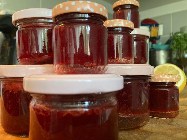 Heute gibt es Erdbeer-Minz-Marmelade. Foto: Saskia Kirf