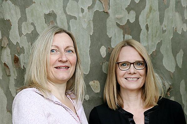 """Marikka Pfeiffer (l.) und Miriam Mann, Autorinnen von """"Grimmskrams"""". Foto: Kathrin von Eye"""