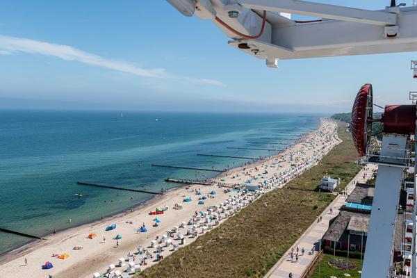Blick auf Kühlungsborner Strand vom Riesenrad (Foto: Helmut Strauß)