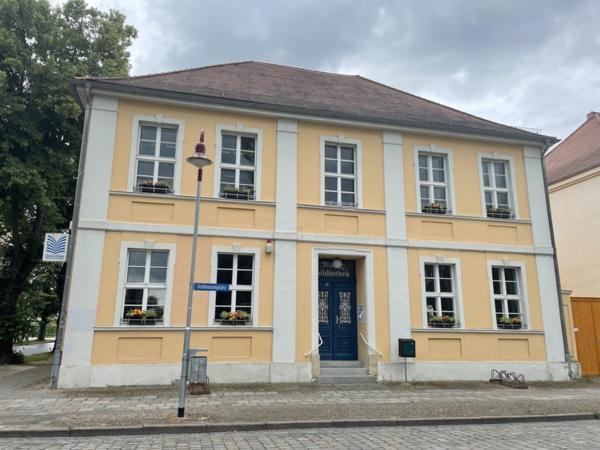 Die Eingangstür zur Rathenower Stadtbibliothek (Foto: Christin Schmidt)