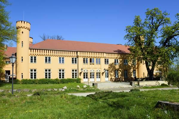 Das Schloss Petzow befindet sich an unserer Wanderstrecke. Foto: imageBROKER/FraukexScholz