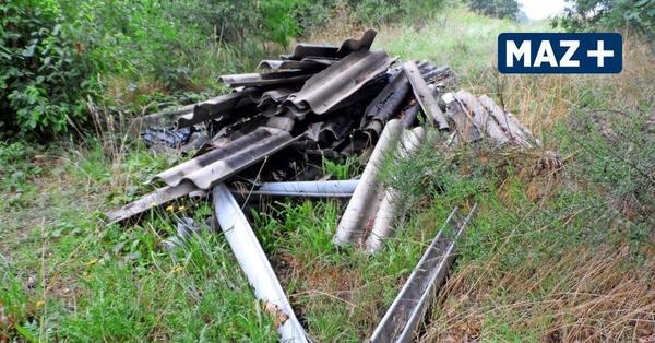 Wilde Müllentsorgung in Mahlow: Asbesthaltiger Müll neben Bahngleis abgeladen