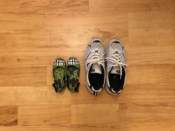 Die Zeit fliegt: Zwei Paar Schuhe vom selben Kind, zehn Jahre Unterschied. Foto: privat