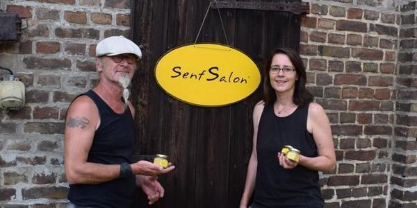 Merit Schambach und Wolfgang Herkt vor dem Senf-Salon. (Foto: Norbert Stein)