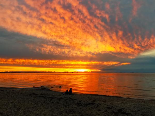 Herrlicher Sommer-Sonnenuntergang am Strand von Loissin (Foto: Daniel Riemer)
