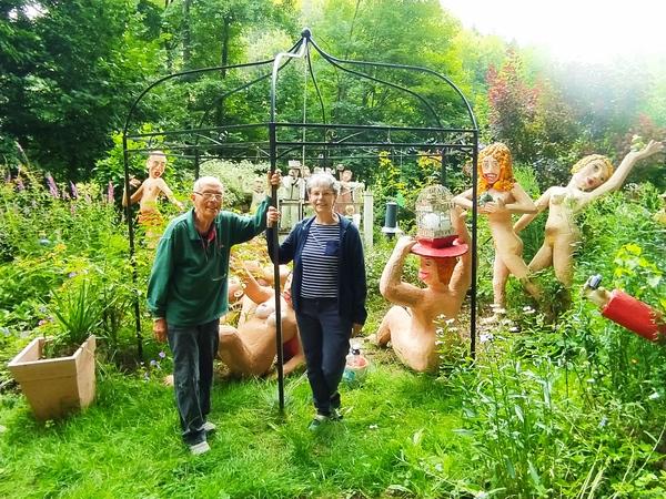 Jochen Bach und seine Frau Gisa inmitten der Bewohner des Skulpturengartens. Foto: Mark Daniel