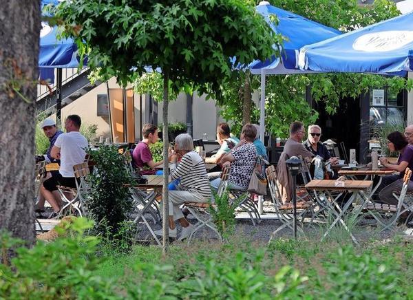 Nahe der Platnerstraße und dennoch still: der Biergarten im Münsters. Foto: Andre Kempner